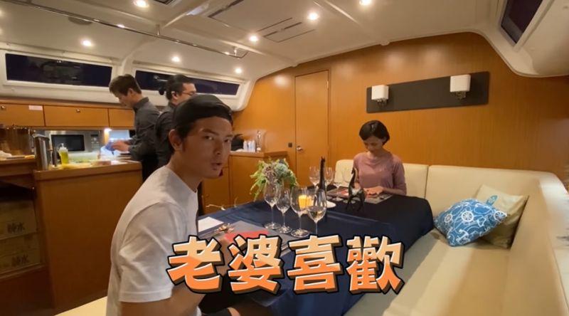 ▲宥勝夫妻倆享受在船上燭光晚餐。(圖
