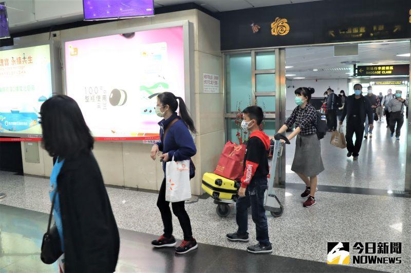 ▲華信、立榮各增設1處旅客報到處,以及在一樓大廳北側島型櫃檯增設行李的拖運櫃檯,同時調整國際線安檢線作為國內線安檢線使用。(圖/記者張塵攝,2020.06.16)
