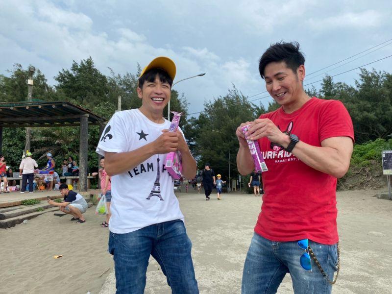 ▲東諺(左)和阿文吃冰棒。(圖/中視)