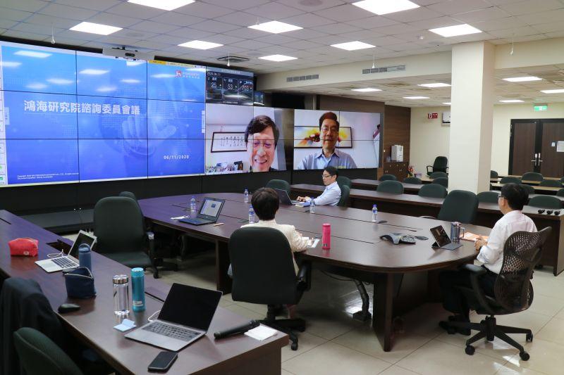 ▲鴻海研究院成立,旗下設立五大研究所,聚焦人工智慧、半導體、新世代通訊、資通安全及量子計算的應用布局,藉此加速「F3.0」轉型節奏。圖為雲端連線籌備過程。(圖/鴻海提供)