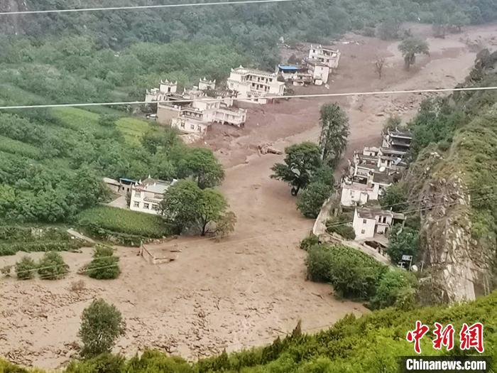 ▲四川省丹巴6/17發生土石流,形成堰塞湖,當地6千名居民撤離。(圖/翻攝自中新網)