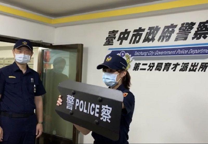 ▲第二警分局示範員警如砢持臂盾壓制起乩的周男(圖/