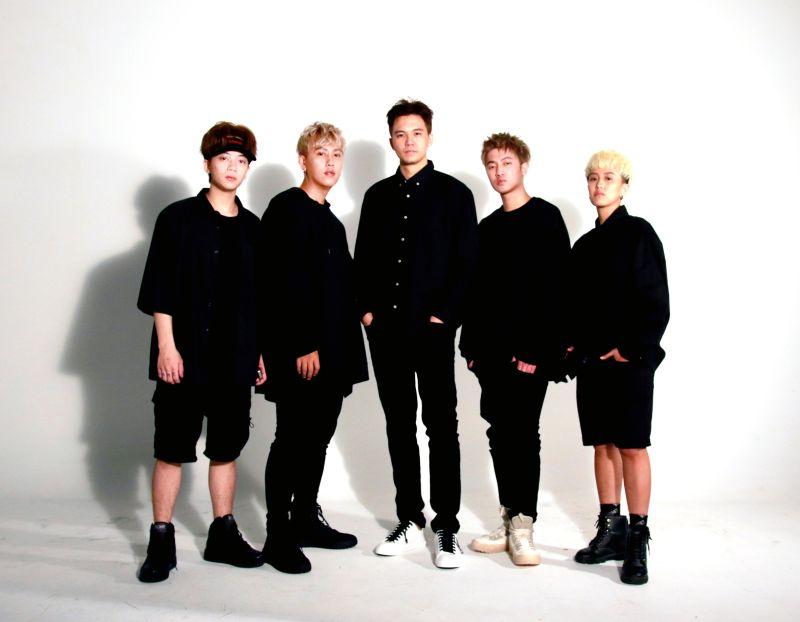 ▲「張三李四」團長張三(中)為團體加入新血,Woody(左起)、Suyongu、Boiii P、Money。(圖/安樂茂思國際提供)