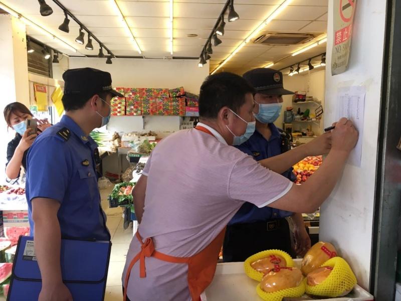▲新冠肺炎本土疫情再起,北京當局對許多餐飲業者、蔬果店進行排查。(圖/翻攝自北京日報)
