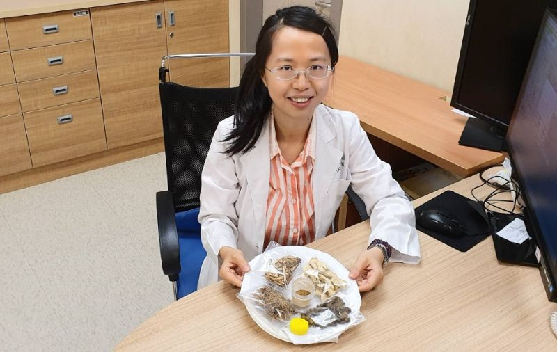 嘉義長庚醫院楊佩蓉醫師主張以三伏貼治過敏等症。(圖/嘉義長庚醫院提供)