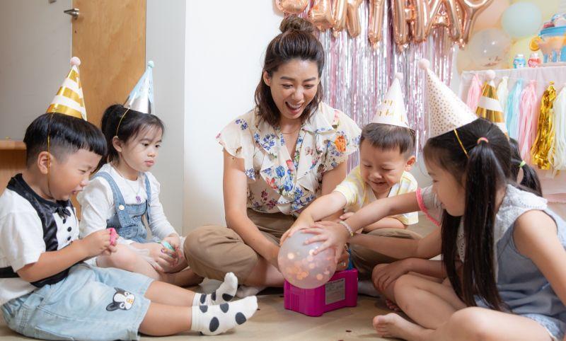 ▲怕小孩在派對中不聽使喚嗎?沒關係,只要拿出氣球馬上就可以收服這群小寶貝了,所有小朋友都愛充氣球、拋氣球,氣球彷彿是他們手中的雲朵,可以隨意飛翔,無拘無束,只要有氣球出現,小朋友可以獨自玩上好一會,爸媽放心又開心。(圖/資料照片)