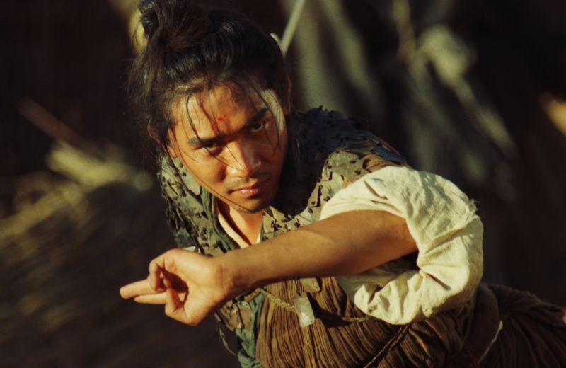 ▲▼梁朝偉在《東邪西毒》演盲劍客(上圖),又在《東成西就》變身香腸嘴,快精神分裂。(圖/CATCHPLAY)