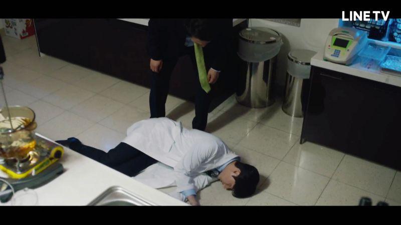 ▲朴海鎮試吃泡麵過量,胃穿孔倒地不起。(圖/LINE