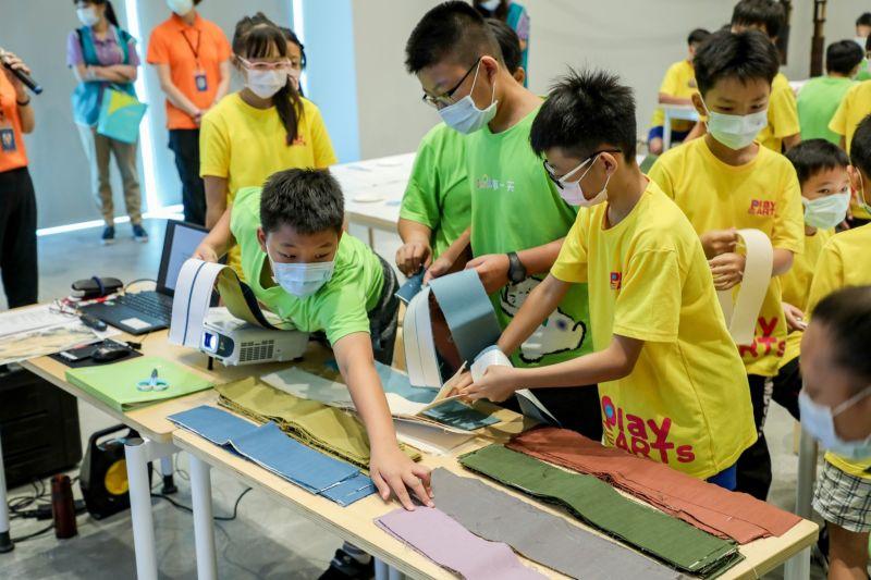 ▲學童們在南美館志工導引下,興奮的創作屬於自己獨一無二的藝術品。(圖/記者林怡孜攝,2020,06,18)