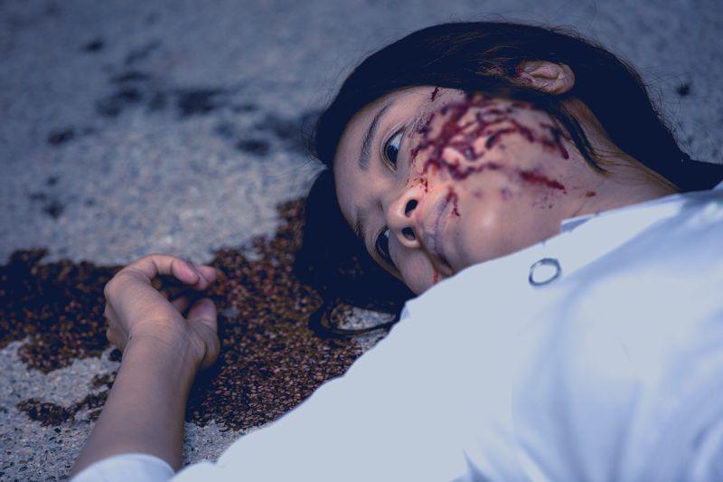 ▲朱芷瑩飾演護士墜樓。(圖/傳影互動)