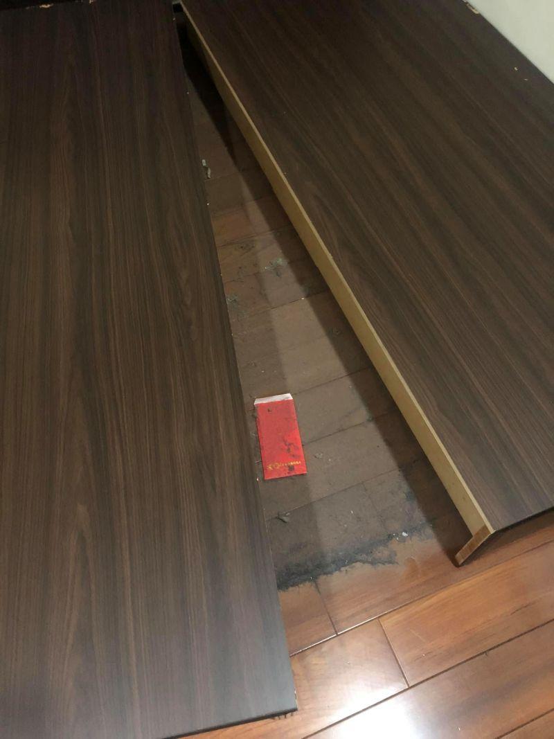 ▲網友打掃房間,發現失蹤已久的紅包。(圖/翻攝爆廢公社臉書)