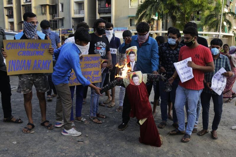 ▲憤怒的印度民眾甚至以焚燒中國國家主席習近平的照片洩憤。(圖/美聯社/達志影像)