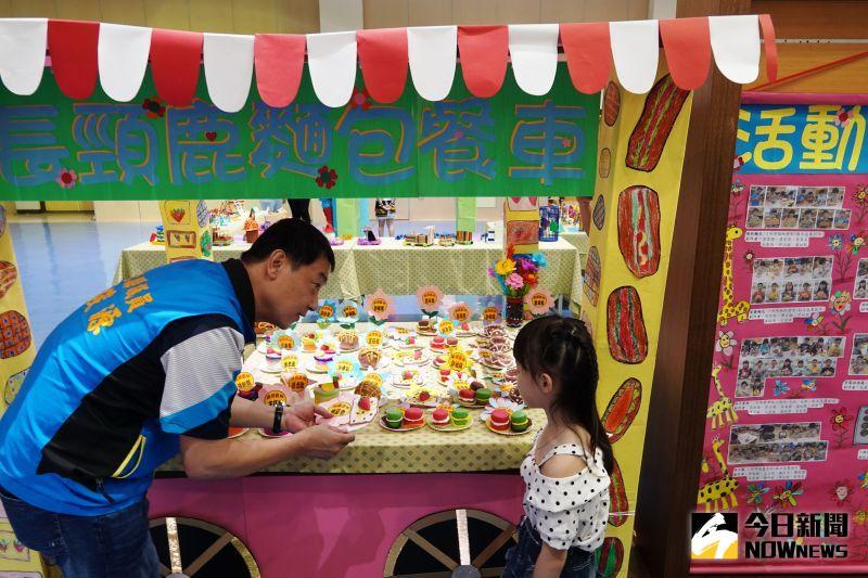 ▲主題教學成果,有懷舊的柑仔店、阿公阿嬤的童玩、獨具個人特色的手作、夏季繽紛清涼的剉冰…等師生創作。(圖/記者陳雅芳攝,2020.06.19)