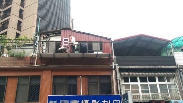 ▲為何台灣房屋常見「平頂 + 鐵皮」?網一面倒揭真相。(示意圖/翻攝自鐵皮屋工程臉書粉專)