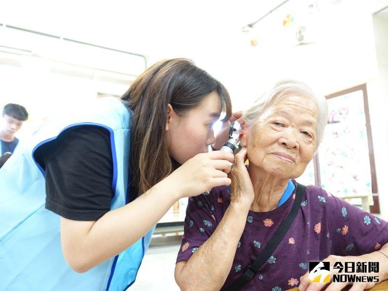 ▲83歲的張阿嬤表示,發現自己的耳朵在大家同時說話下就會聽不清楚、變得模糊,希望可以透過這次的篩檢,了解可能的原因。(圖/記者陳雅芳攝,2020.06.19)