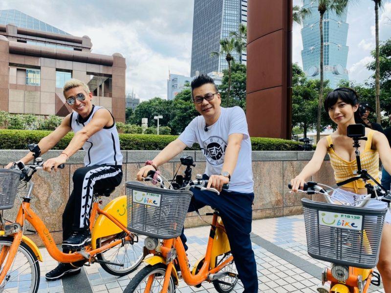 ▲潘若迪(左起)、沈玉琳和助理主持派派騎腳踏車。(圖/民視)