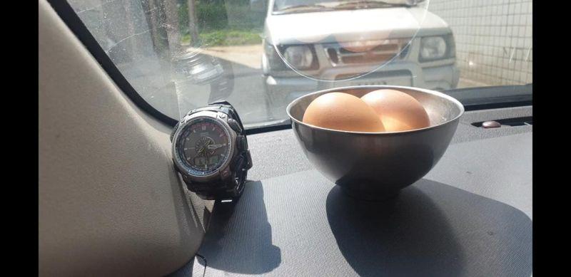 ▲一名網友在臉書社團《爆廢公社公開版》表示,想試看看這麼高的溫度,車子裡面放雞蛋是不是可以煮熟,成品曝光意外引發全場網友暴動。(圖/翻攝自《爆廢公社公開版》)