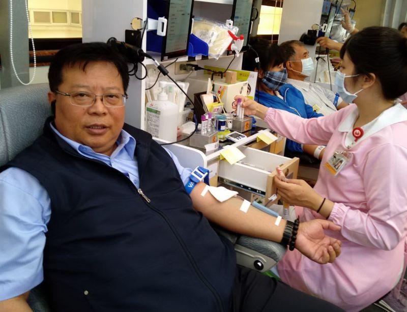 ▲台灣中油公司煉製事業部舉辦捐血活動,執行長徐漢(左)率先挽袖捐血。(圖/記者黃守作攝,2020.06.20)