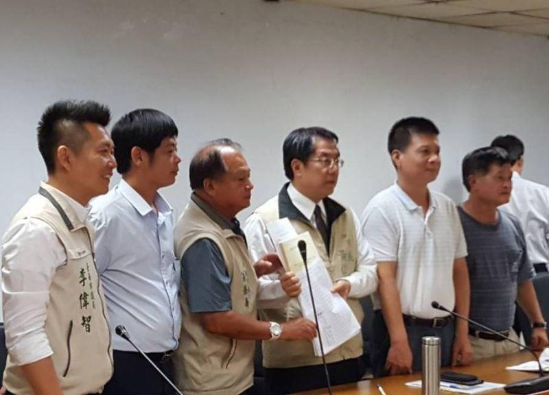 108年4月22日,數十位居民代表在多位議員陪同下,向台南市長黃偉哲陳情。