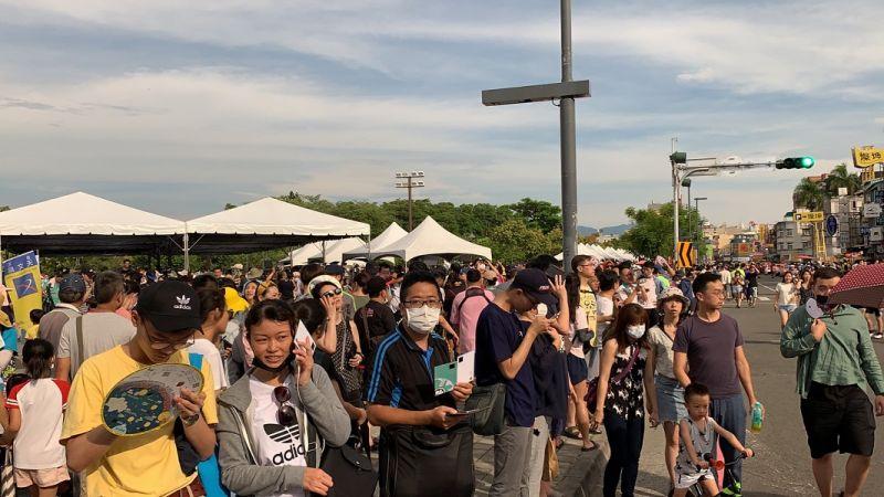 ▲新冠肺炎疫情後,北香湖公園第一次擁入近20萬人,共賞日環食。(圖/記者陳惲朋攝)