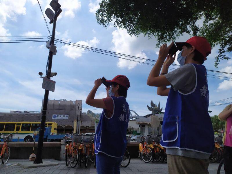 ▲慈愛教養院孩子好奇的拿著太陽濾鏡,觀看日環食。(圖/記者葉靜美攝,2020.06.21)