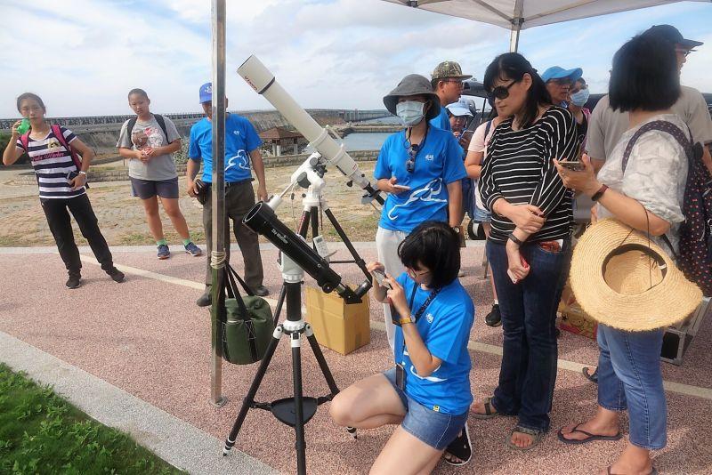 ▲為把握這難得觀賞日環食的機會,下午2時起由澎湖氣象站提供2組專業天文望遠鏡,拍攝下日蝕的整個過程,並透過Youtube頻道直播。(圖/觀光局澎管處提供)