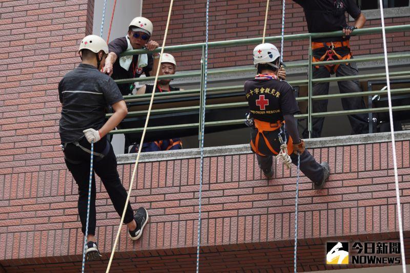 影/高難度!大學消防學程畢業典禮 挑戰高樓垂降