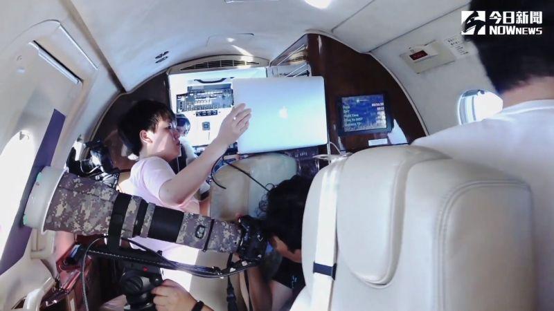 ▲為拍攝出不同角度的日還食景象,必須將攝影機直接帶上飛機。(圖/NOWnews)
