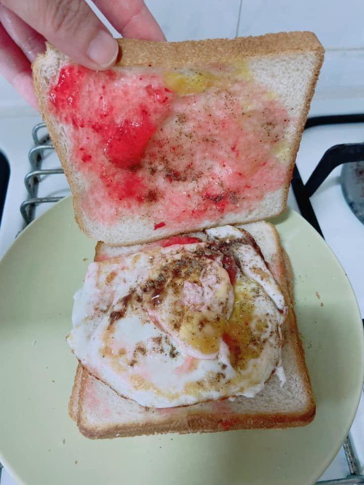 ▲女網友分享吐司特殊吃法,「草莓果醬
