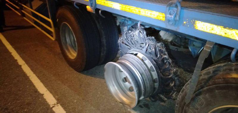拖板車疑爆胎鋼絲散落路面 15輛車體受損或爆胎