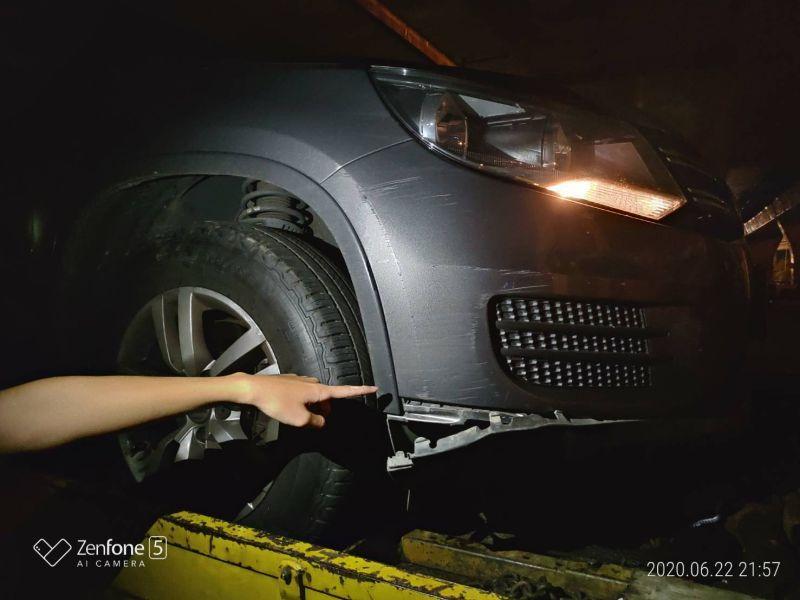 ▲國道3號快官交流道路段發生一起爆胎交通事故,造成至有15輛車輾壓鋼絲後車體受損或爆胎。(圖/國道七隊提供