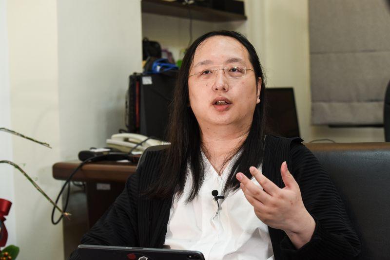 ▲行政院政務委員唐鳳拿到「振興三倍券」後,要將它全數捐出。(圖/記者陳明安攝)
