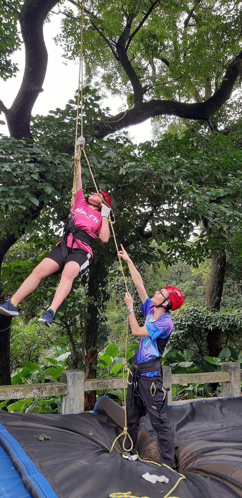 ▲南榮中學試辦攀樹課程,希望加強學生在戶外解決問題的能力(圖/基隆市府提供)