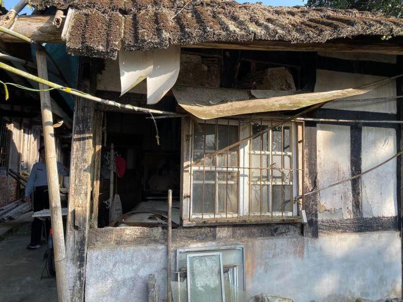 ▲身障者阿三住的梅山深山古宅修建前破舊不堪。(圖/中華聖母基金會提供,2020.06.23)