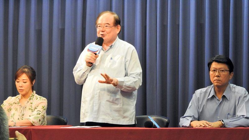 國民黨祕書長李乾龍、副祕書長李彥秀和謝龍介23日於中央黨部公布高雄市長參選人。(圖 / 記者陳弘志攝)