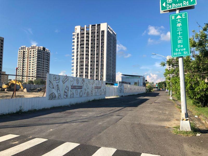 ▲高雄大學特區德中路、大學三十六街將開全聯,目前正在興建中。(圖/信義房屋提供)
