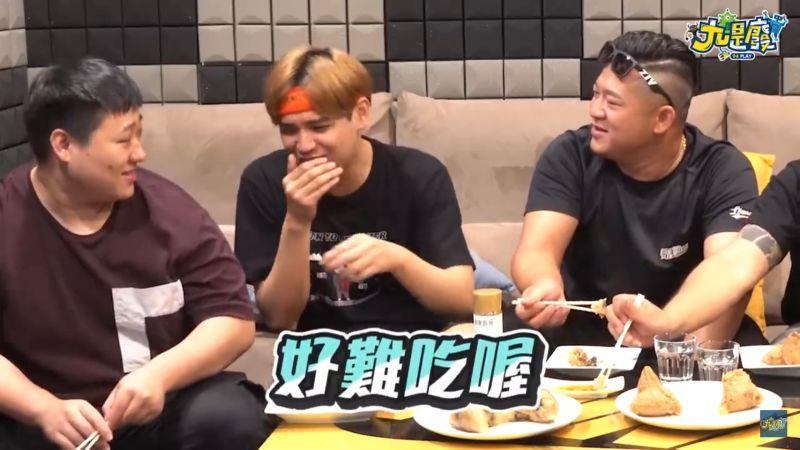 ▲陳零九(中)認為泰式酸辣醬和肉粽不搭。(圖/九是廢Youtube)