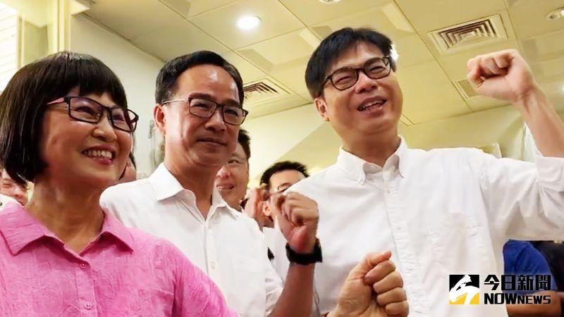 ▲代表民進黨參戰的陳其邁在立委許智傑及市議員李喬如等人陪同下前往高雄市選委會完成參選登記。