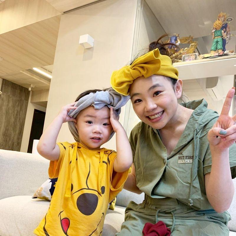 ▲有網友認為蔡桃貴(左)扮女裝很像媽媽二伯(右)。(圖/二伯IG)