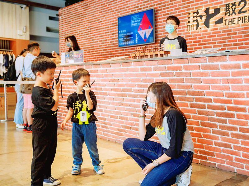 ▲「小小二伯體驗營」讓小朋友們可以體驗擔任駁二工作人員的點滴。(圖/駁二提供)