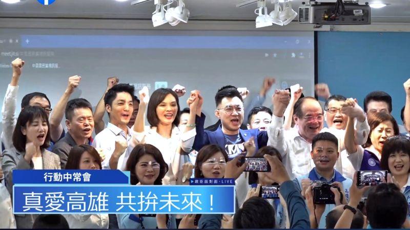 國民黨主席江啟臣在高雄行動中常會上拉起高雄市長補選人李眉蓁的手高喊當選。(圖/國民黨提供)