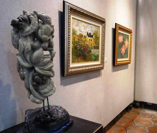 ▲鹿港公會堂推出「藝饗情懷-黃淨琪個展」,展出30座石雕、30幅油畫、漆器8件、及百多件紙黏土捏塑作品。(圖/記者葉靜美攝,2020.06.24)
