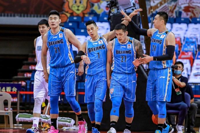 ▲CBA北京首鋼贏球,林書豪(左二)和隊友周儀翔(左三)。(圖/取自林書豪微博)