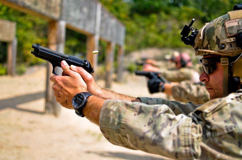 ▲前線美軍經常抱怨M9手槍耐用性不佳,且易因入塵而卡彈。(圖/美國空軍)