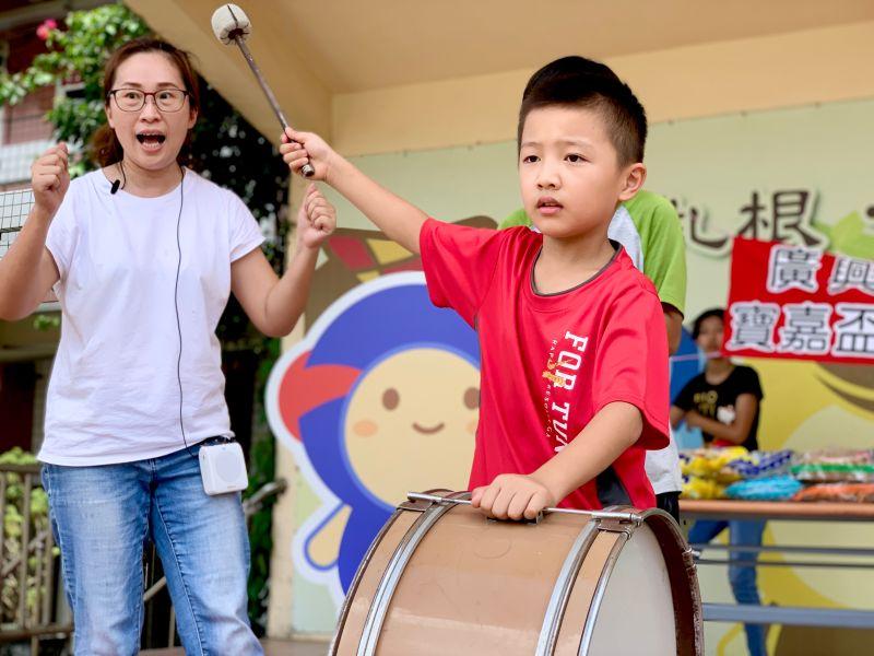 ▲表演藝術老師鄭亦庭教導孩子節奏擊鼓,要讓學生了解鼓聲協調划槳。(圖/記者陳雅芳攝,2020.06.25)