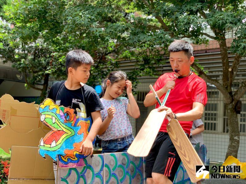 ▲實體船身一切都準備到位後,則由表演藝術老師鄭亦庭教導孩子節奏擊鼓,要讓學生了解鼓聲協調划槳。(圖/記者陳雅芳攝,2020.06.25)