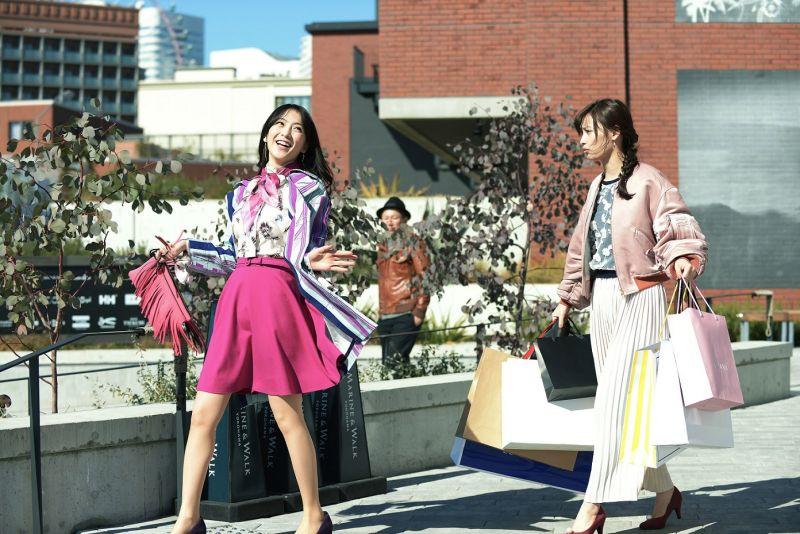 ▲知英(左)為戲努力揣摩角色、練習日文。(圖/車庫娛樂)