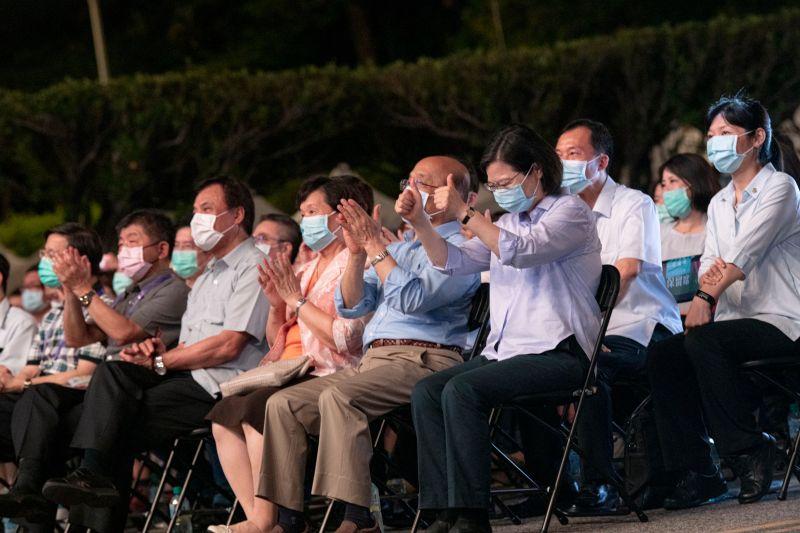 ▲蔡英文總統(右)和行政院長蘇貞昌等人今晚在凱道觀賞《再會吧北投》端午限定版音樂會。(圖/文化總會提供)
