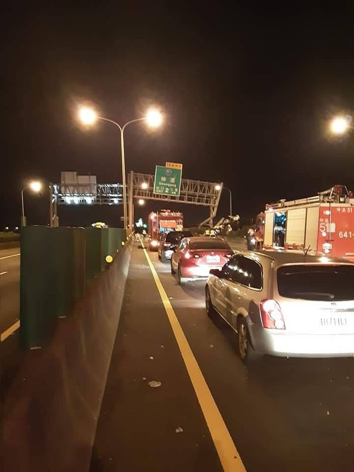 ▲消防人員及警方忙到凌晨清除路面障礙後,才恢復通車。(圖/記者陳雅芳翻攝,2020.06.26)