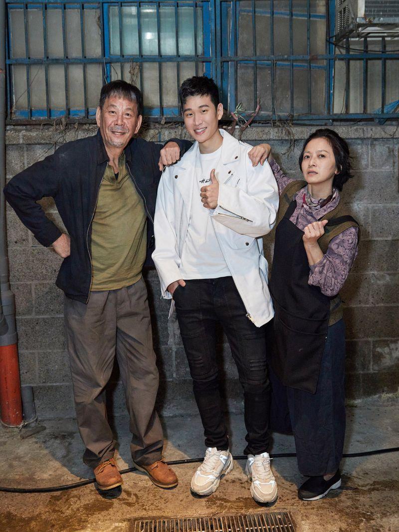 ▲周興哲(中)的MV請來龍劭華(左)、謝瓊煖尬演技。(圖/星空飛騰提供)